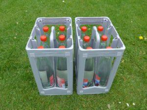 2 Kisten mit je 6 Wasserflaschen aus Glas