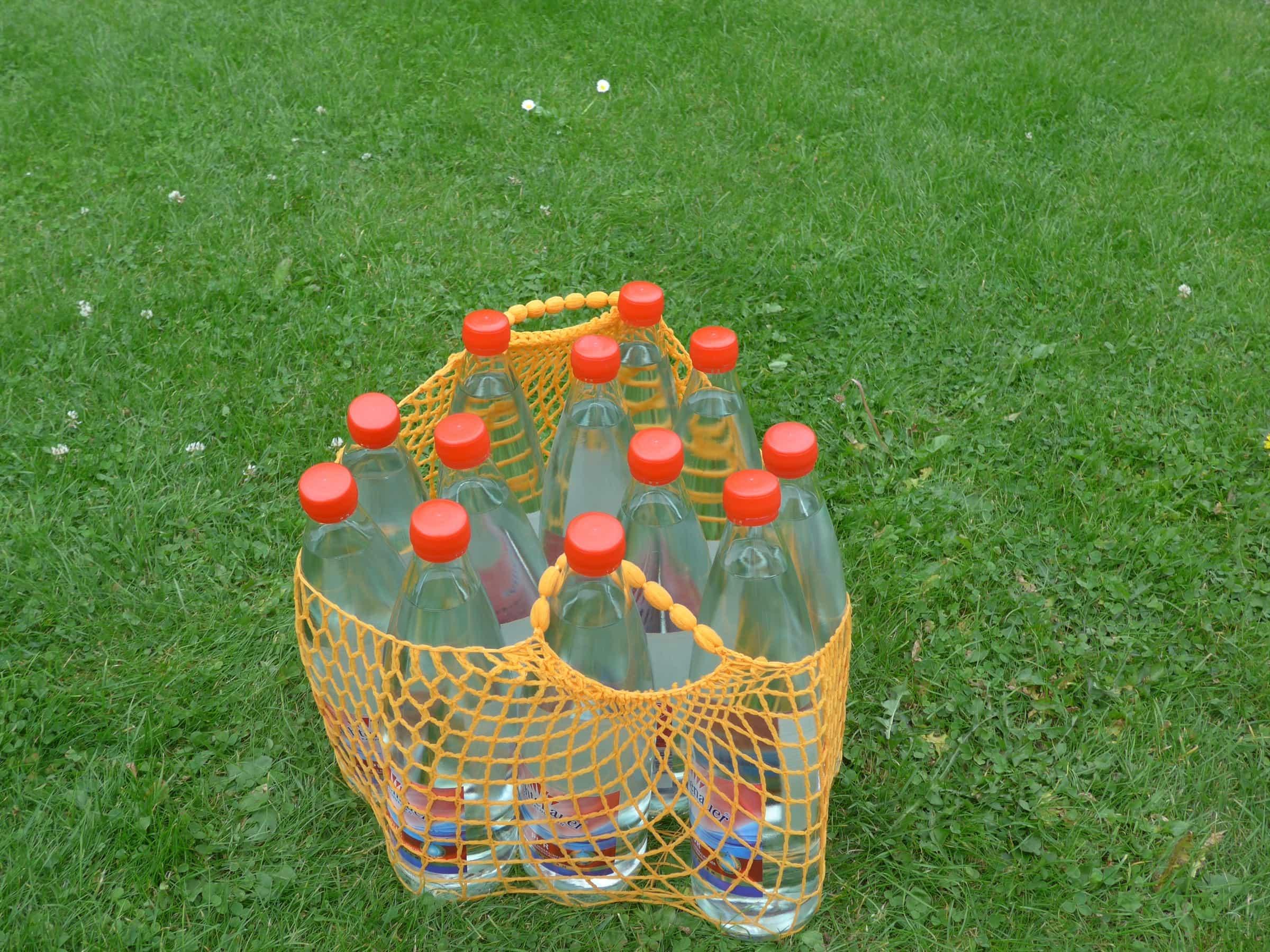 Einkaufsnetz mit 12 Wasserflaschen aus Glas